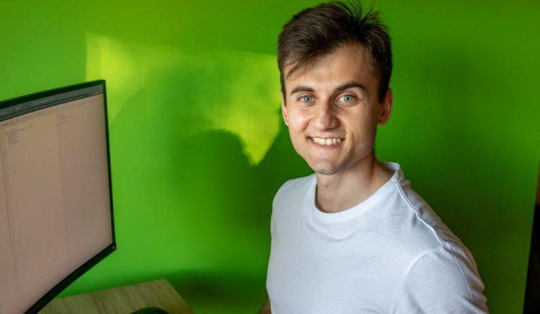 Przedsiębiorca uśmiechnięty i czekający na zaprojektowanie nowej strony internetowej